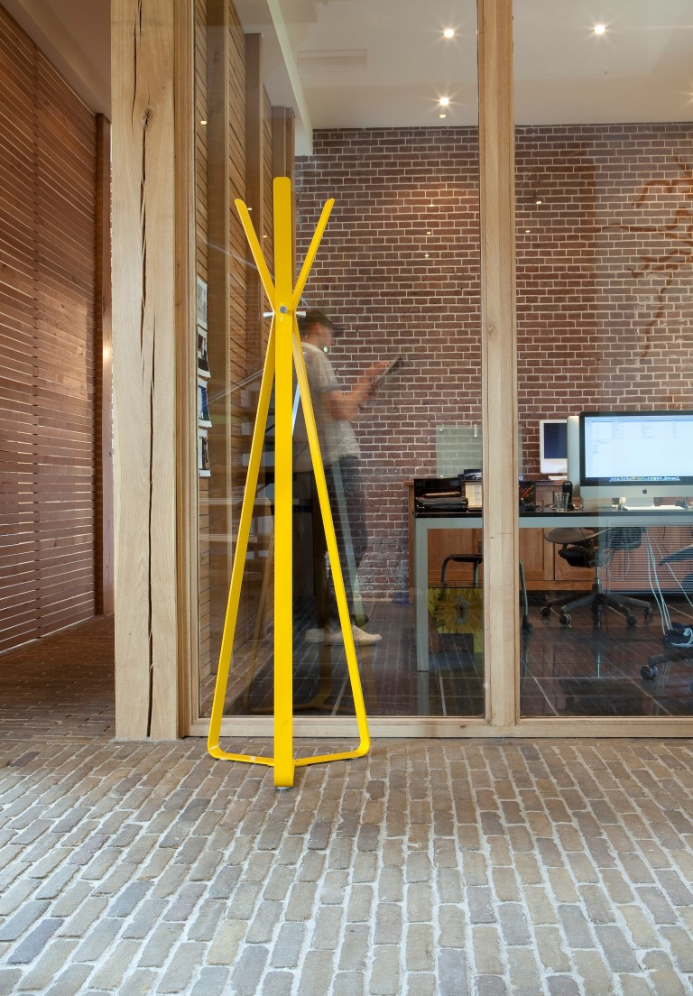 Bend coat stand